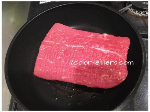牛赤身肉をフライパンで焼く ローストビーフ