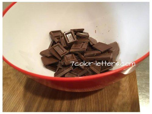 板チョコをボールに割り入れる