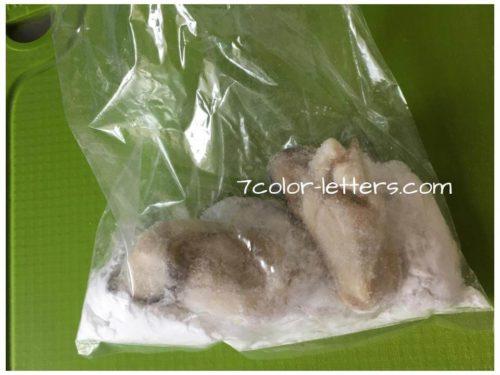 三ツ星キャンプ飯 冷凍牡蠣に片栗粉をまぶす
