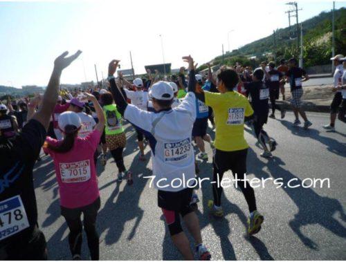 フルマラソンで踊る人々